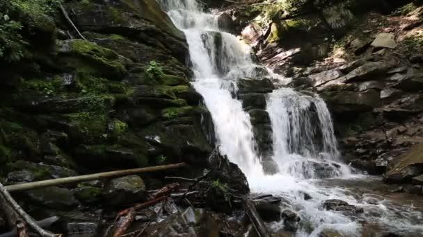 voda teče přes skály