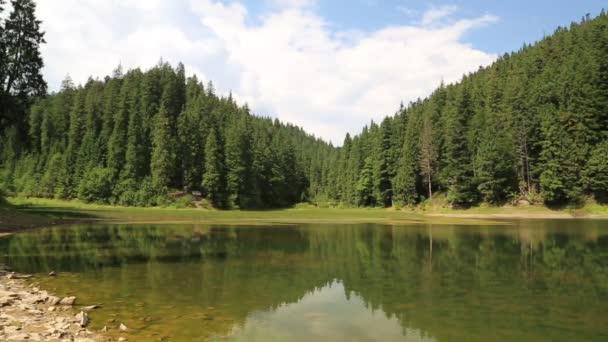 Horské jezero v Karpatech