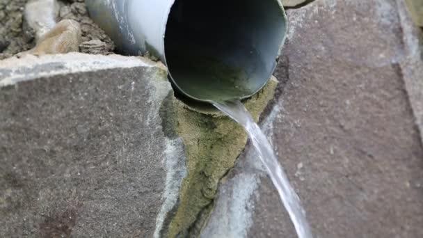 Teče voda z potrubí