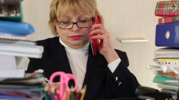 Starší žena hlavní účetní