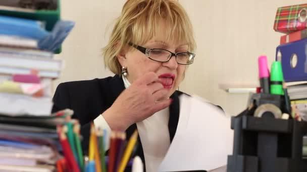 Starší žena účetní v brýlích
