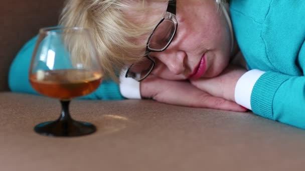 Alszik a díványon fekvő nő