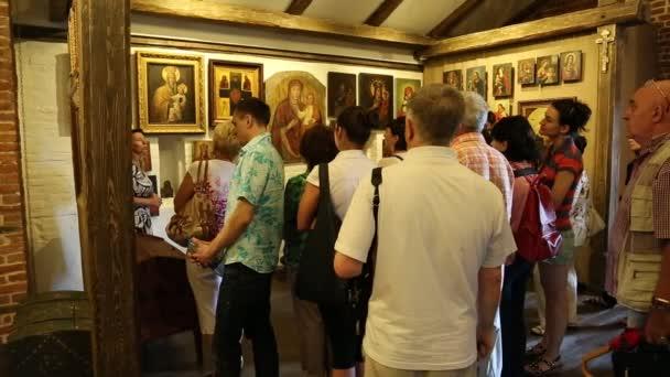 Menschen bei Exkursion im Schloss Radomysl