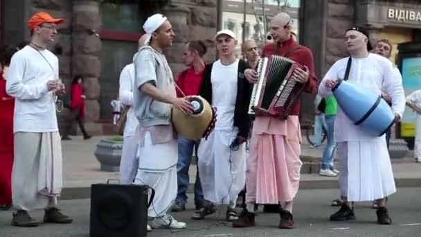 Hare-Krishna-Anhänger, die Instrumente spielen
