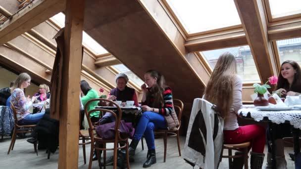 lidé uvnitř baru kávu a pečivo