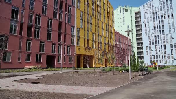 Gebäude mit vielfarbigen Fassaden