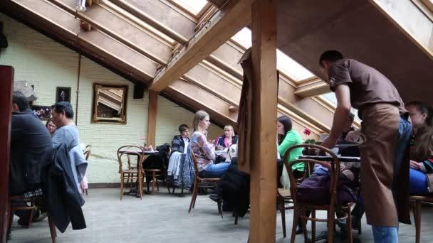 Lidé v kavárně ve Lvově