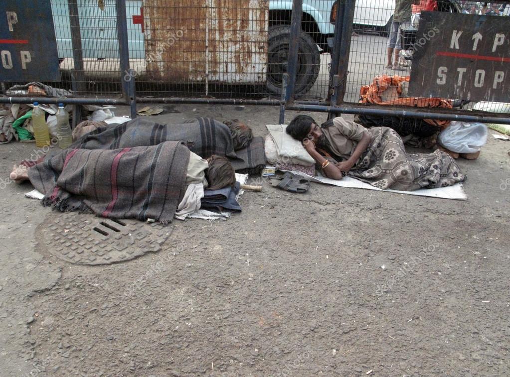 Sans-abri dormant sur le sentier de Kolkata . — Photo