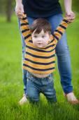 První kroky. Dítě učí chodit s pomocí matky