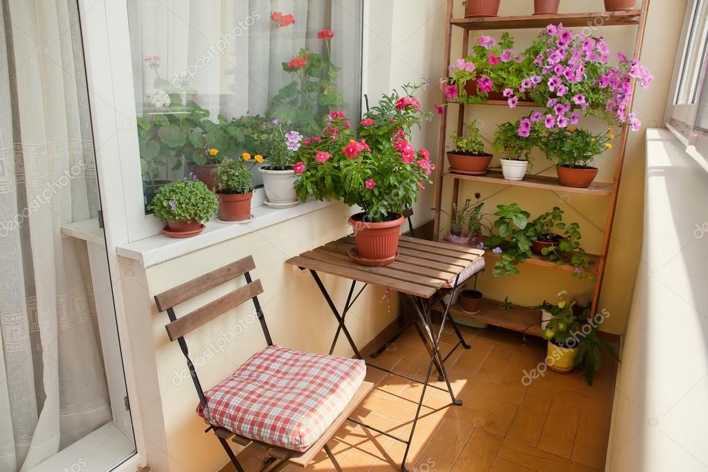 Ben noto Bellissimo balcone con tavolino, sedia e fiori — Foto Stock  WB04