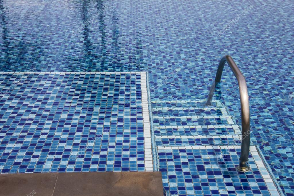 Zwembad en trappen op een openlucht zwembad met reflecties van