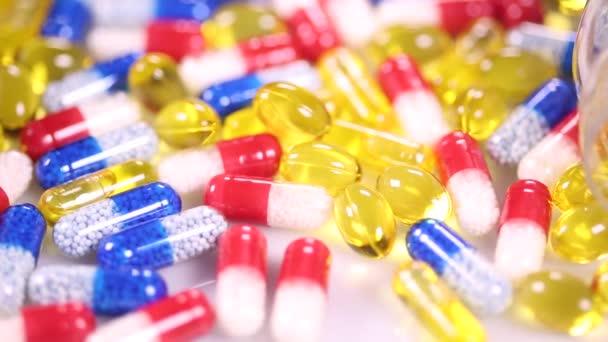 bunte Pillen und Kapseln