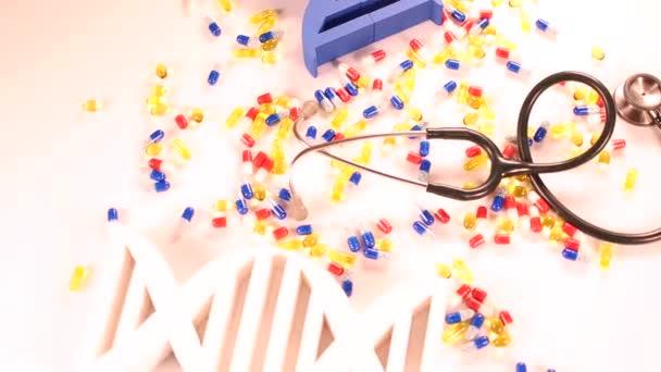 Složení s prášky, Dna kód a stetoskopem