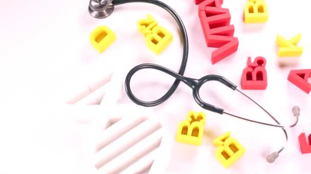 Vitaminzeichen mit Stethoskop und Pillen
