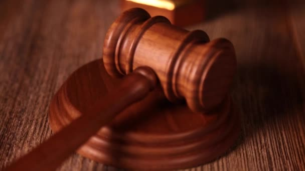 Palička soudce s váhy spravedlnosti