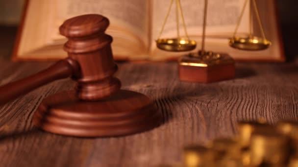 váhy spravedlnosti, kladívko a právní knihy
