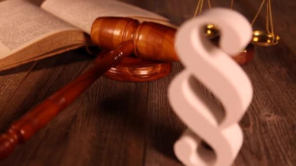 Segno di paragrafo e martelletto di legno