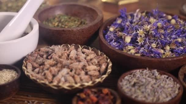 Rozmanité přírodní lékařské byliny