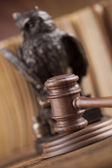 Fotografia Maglio di legno del giudice con il gufo