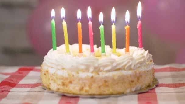 születésnapi torta égő gyertyákkal