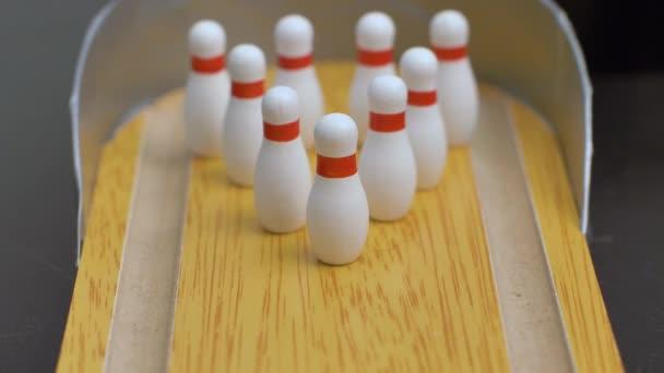 Bowling míč na trati s cílem srazit kolíky