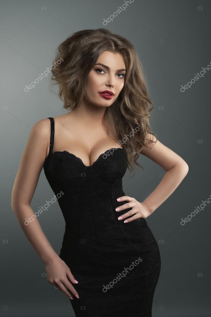 Foto moda de hermosa mujer joven en ropa negra bonita y — Foto de Stock d598b6b02ea