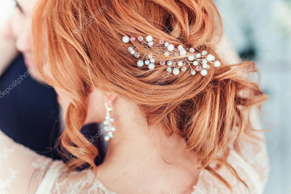 Nahaufnahme Der Hochzeitsfrisur Mit Perlen Rothaarige Braut