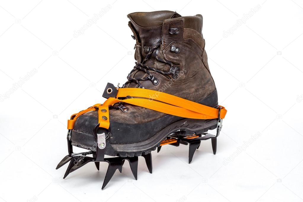 4a8d0874ea0 Δέρμα αναρρίχηση μπότες με καρφιά πάγου, απομονώνονται σε λευκό ...