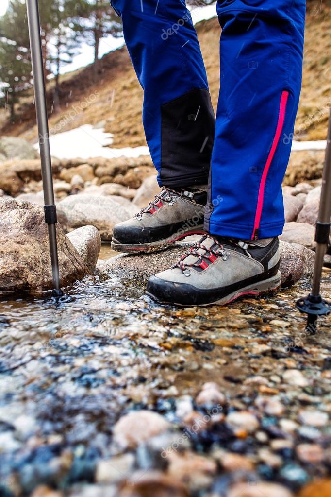 764153a237678 Scarponi da montagna impermeabili guadare un ruscello di montagna rocciosa.  Il concetto di alta qualità noleggio attrezzatura escursionistica — Foto di  ...