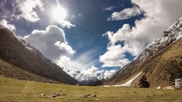 Spring Valley s alpskými loukami v pohoří Kavkaz, timelapse
