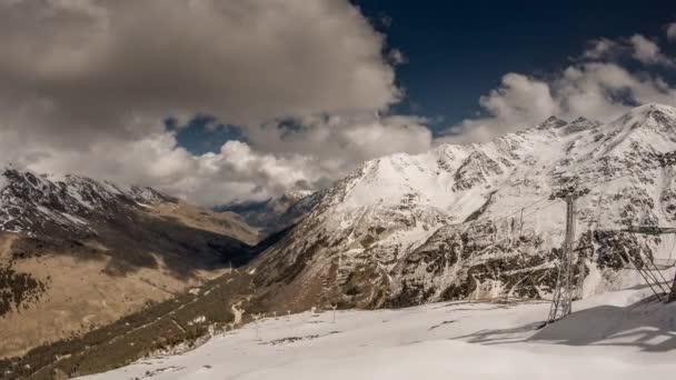 Seilbahnkabinen fahren über Berge im Kaukasus, cheget, russland