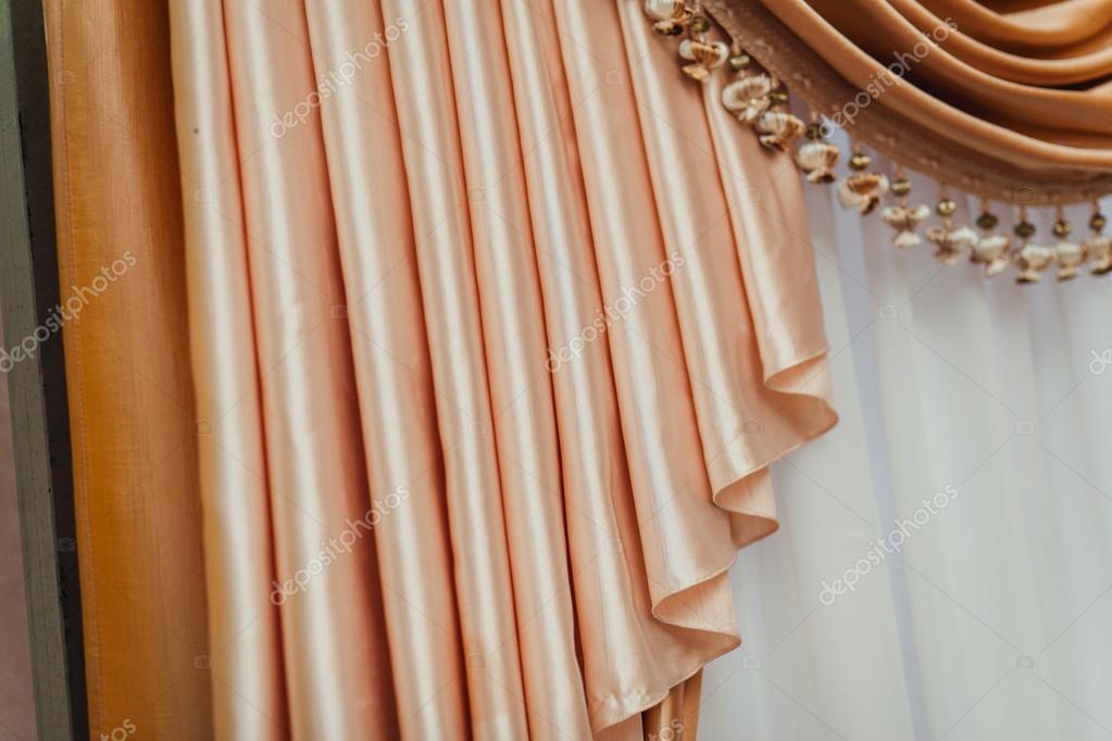 Licht schijnt door witte gordijnen op kamer — Stockfoto © frantic00 ...