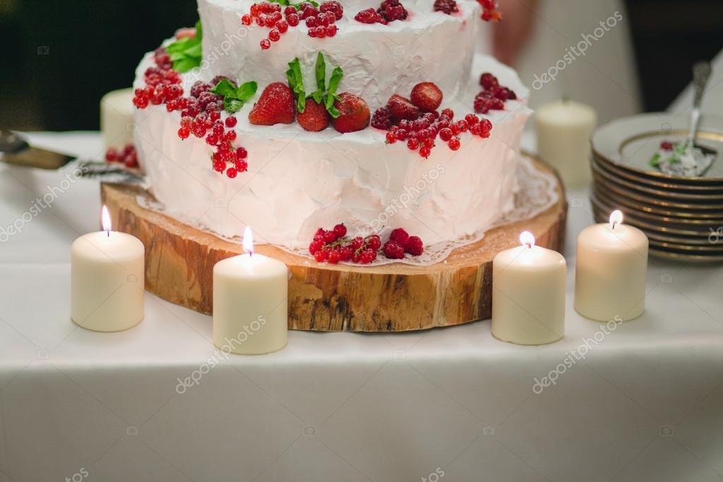 Hochzeitstorte Mit Beeren Stockfoto C Frantic00 88175700