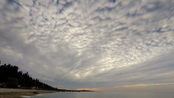Zeitraffer-Wolken bewegen sich über einem Meer