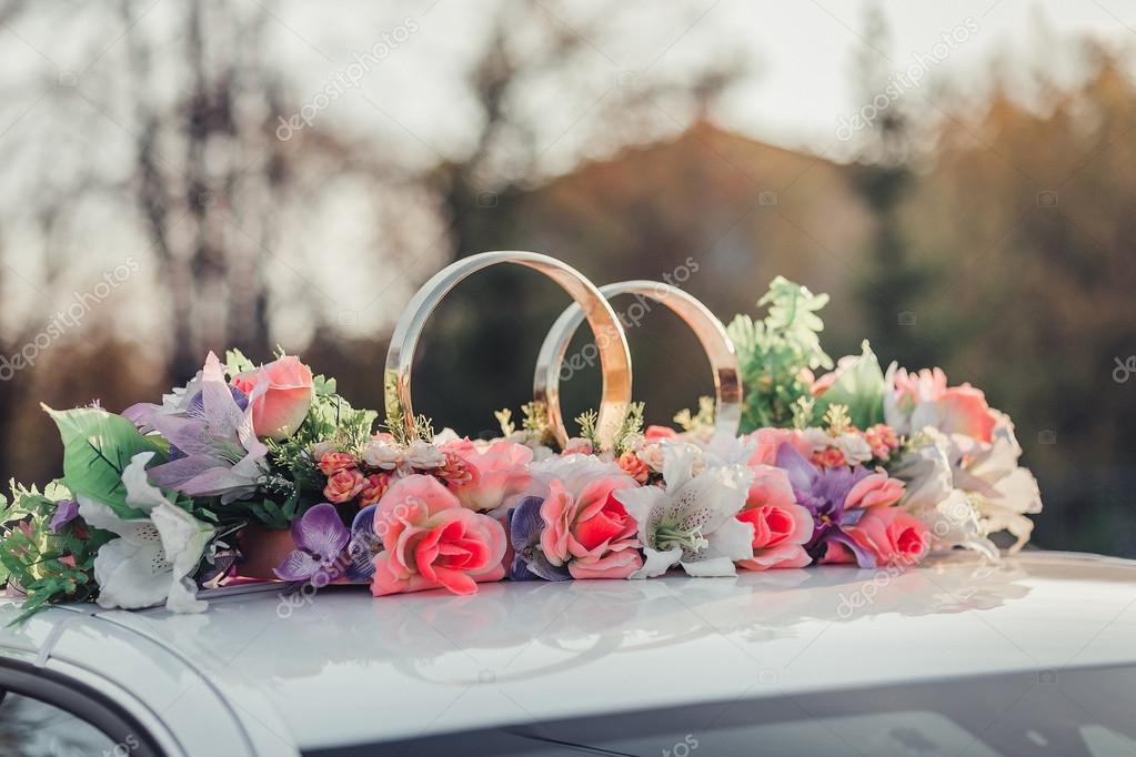 Ongekend bruiloft auto decoratie met bloemen en gouden ringen — Stockfoto YU-72