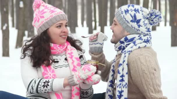 Lust auf Winter-Picknick verliebte Paar. Die Liebenden einander gefüttert Dessert-Marmelade