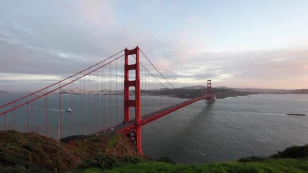 zlatý most při západu slunce