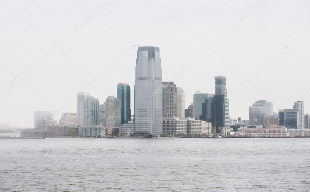 ff73df2d7f6 Jersey City ve sisli bir gün Hudson nehrinde — Stok Editoryel ...