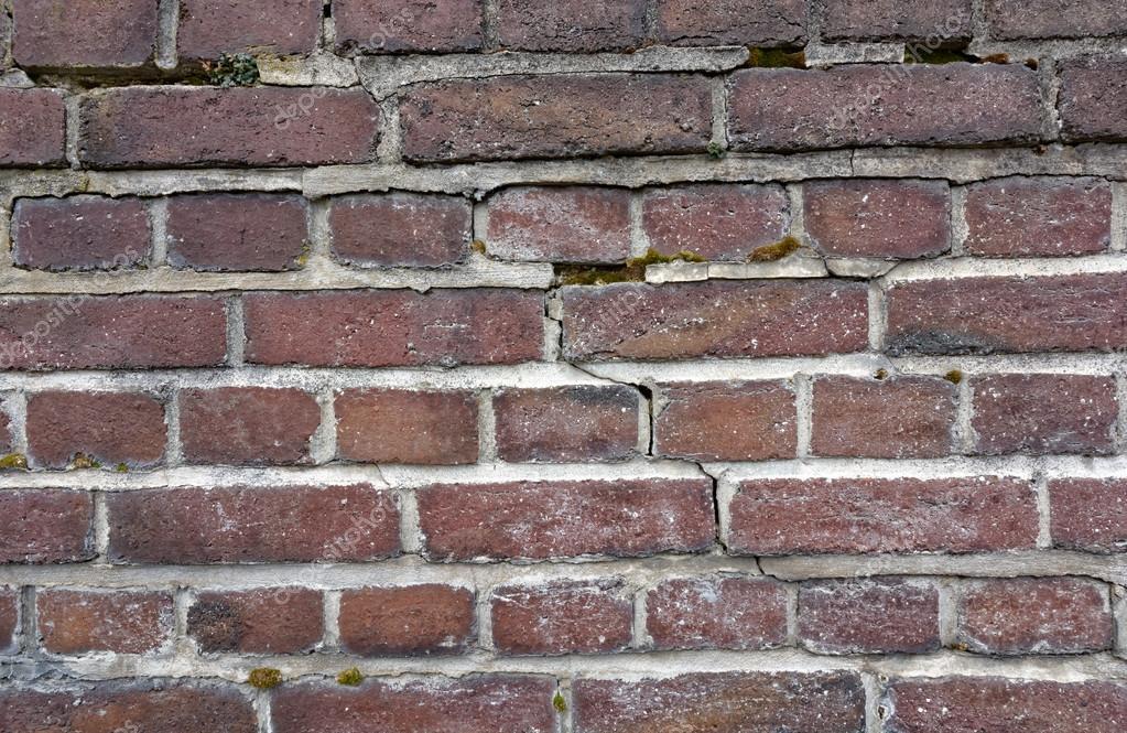 Vecchio muro di mattoni con piastrelle quadrate u foto stock