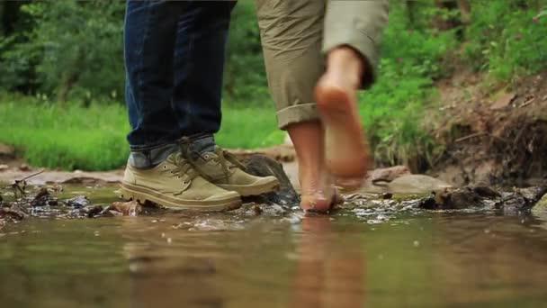 Mladý milující pár objímat a líbat. Dva milenci, muž a žena naboso v blízkosti vody