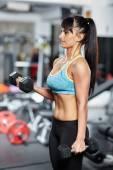 Fitness lány csinál a kétfejű izom próbamunka