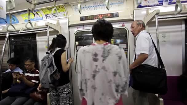 Девушка прошлась голой по метро все