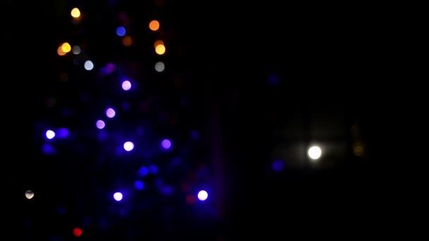 Vánoce a nový rok rozmazané, blikající světla pozadí strom
