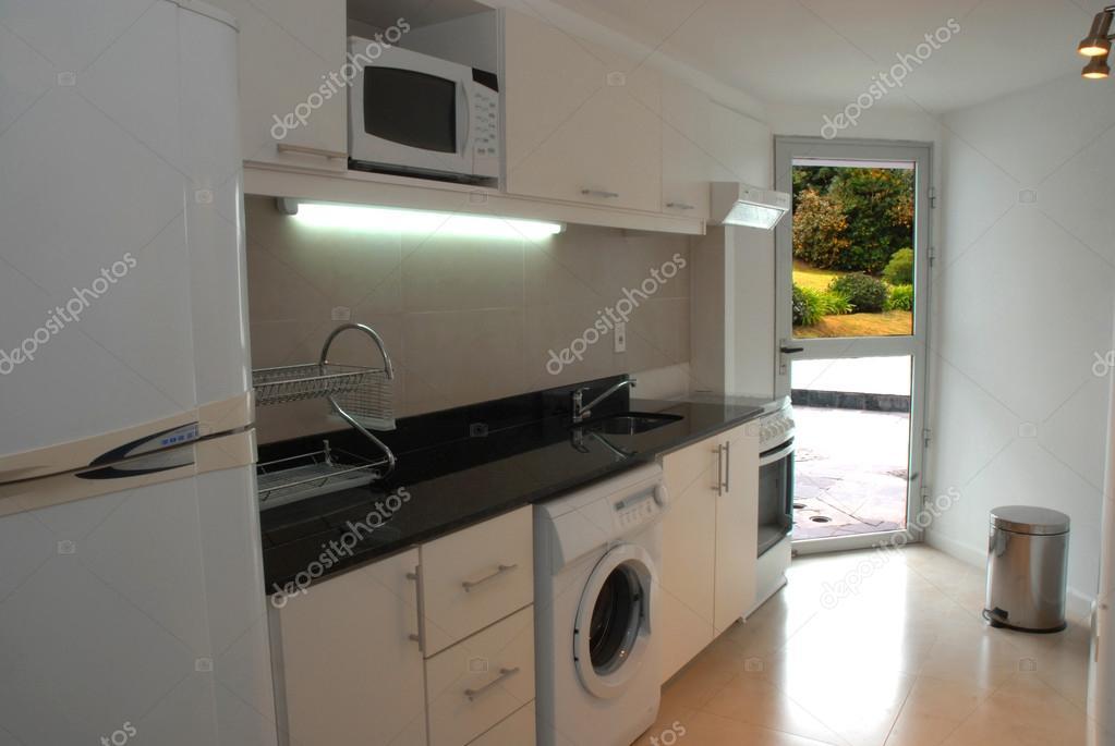 Moderne keuken tuin weergave huis u stockfoto cienpies