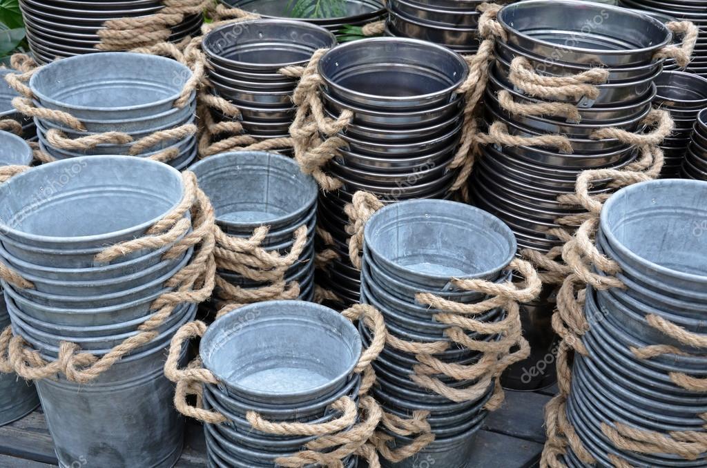 jardineras metal en tienda u foto de stock