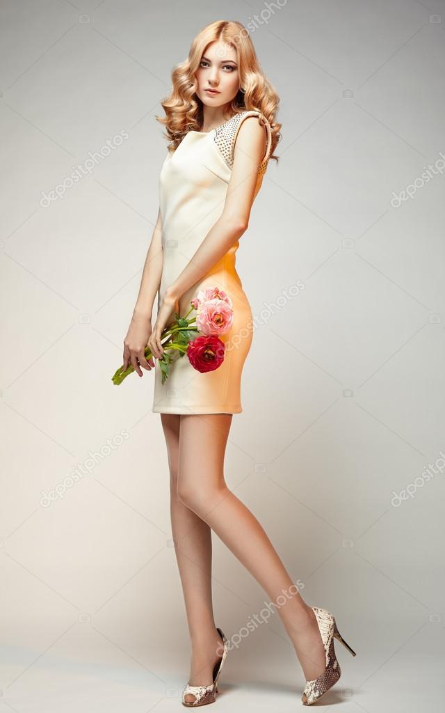 Mode-Foto Junge wunderschöne Frau. Mädchen posiert. Studio Foto. Die  weibliche Figur — Foto von heckmannoleg 4ec28f5386