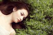 portrét krásné mladé ženy v letní zahradě