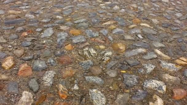 Hrubé kamenné dlážděné staré silnice pod nohama
