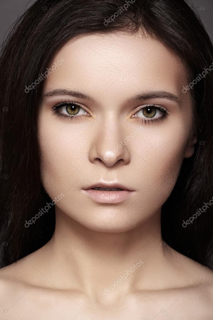 mod le de belle femme avec style parfait cheveux fonc s maquillage naturel et l vres p les. Black Bedroom Furniture Sets. Home Design Ideas