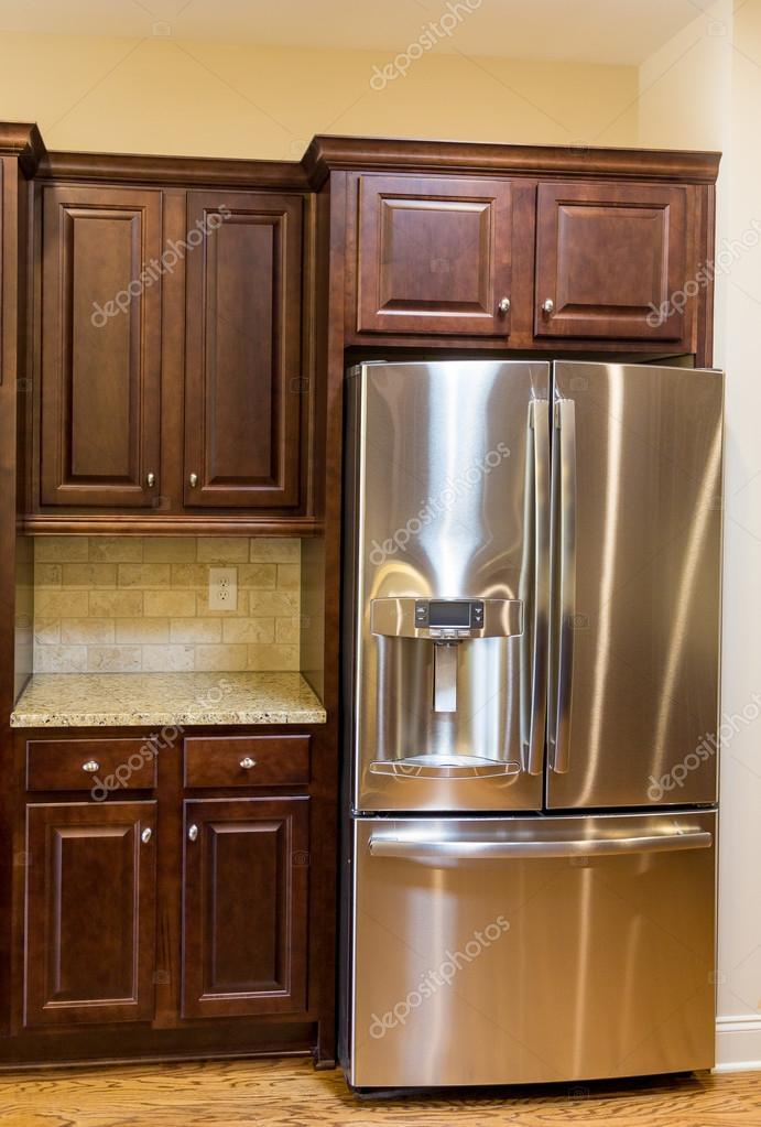 Edelstahl-Kühlschrank in neuen Küche — Stockfoto © dbvirago #107441910